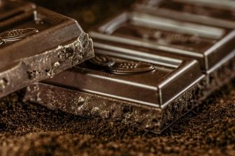 O czym warto wiedzieć przed zakupem maszyn do wyrobów czekoladowych?